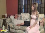 พ่อลูกคู่เย็ดxxx นอนเล่นอยู่มาปลุกอารมณ์เดียวลูกก็แสบหีหรอก พ่อเล็กสั้นขยันซอยนะ