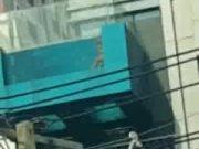 คลิบหลุด หนุ่ม สาว เล่นเซ็กหนังสดในสระน้ำ ใจกลางเมืองกรุงเทพบนตึกย่านอโศก ดูกันให้เต็มๆ ห้ามพลาด 18+ xXx