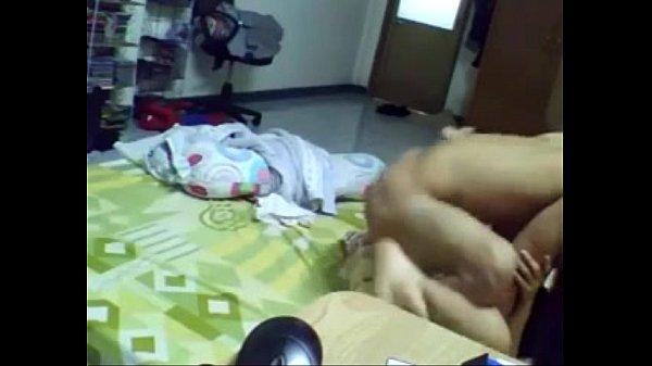 ดูคลิบโป๊XXX ผัวแอบตั้งกล้องเย็ดเมียสาววัยรุ่น แม่งเมียไม่สนใจนอนแหกหีอย่างเดียว ผัวก็เย็ดต่อไป