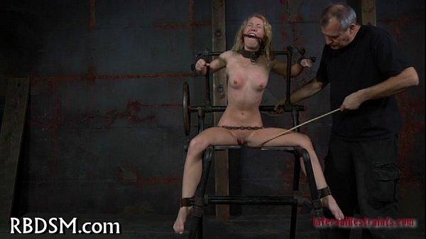 xxxหนุ่มซาดิสจับสาวหัวทองมามัดแล้วขึง ดึงหมอยแล้วเอาไม้ฟาดหี จัดไปขลึงหัวนมเน้นๆ