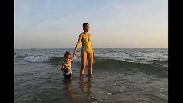 คลิบหลุดกับภาพโป๊ คุณแม่ใส่ชุดว่ายน้ำซีทรู เห็นทั้งหีทั้งนมชัดเจนไปเลยครับ สุดยอดจริงๆ