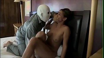 xxxหนุ่มเอเชียบุกเย็ดสาวฝรั่งถึงห้องใส่หน้ากากเอามีดจี้บอกให้แหกหีให้เย็ด