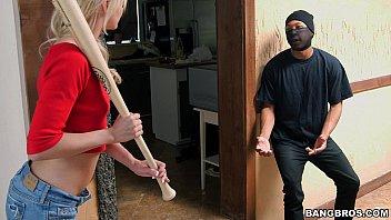 pornโจรขึ้นบ้านผิดแล้วเจอแม่บ้านสาวจับได้แถมให้แก้ผ้าโดนเย็ดอีก