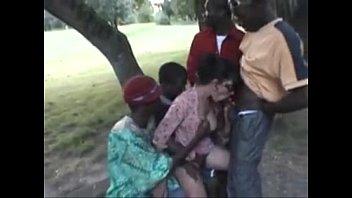 คลิปหลุดคนดำผิวสีรุมเย็ดกระหรี่หญิงหีขาวอยู่ที่สวนสาธารณะแบบเมามันส์