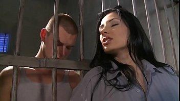 ตำรวจหญิงสาวเย็ดกับผู้ต้องหาที่โดนขังคุกในคุกผ่านลูกกรงอมควยให้ก่อนเลย