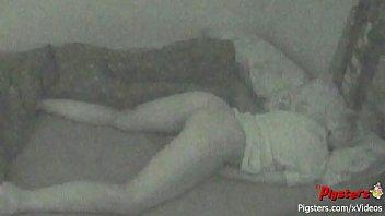 กล้องวงจรปิดจับภาพหญิงสาวนอนตื่นมากลางดึกแล้วเกิดอารมณ์ทางเพศ ช่วยตัวเองด้วยนิ้วสุดเสียว 18+xxx