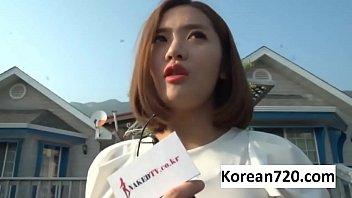 หนังxxxเย็ดนักข่าวเกาหลี สัมภาษณ์อยู่ดีดีเจอคนมือไวล้วงจนเงี่ยนจบที่เย็ดสดคาเตียงส่ายหีส่ายเอวไวไว