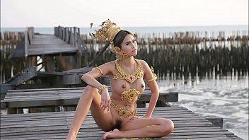 ดูนางแบบโป๊แบบออนไลน์ ล่าสุดโดนเย็ดไปแล้วเธอผู้นี้ใส่ชุดไทย โชว์นมโชว์หี นมสวยน่าเลีย เย็ดให้หีเลือดสาด