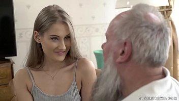 XXXXบริการปู่หวังมรดก หลานสาวขี้เอาจับกะดอคนแก่ชักขึ้นลำก่อนดันเข้าหีงานนี้เสียวสะดุ้งร้องดังมาก
