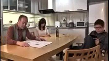ดูโป๊JAVใหม่ พ่อเลี้ยงเห็นลูกกับเมียเย็ดมันไปหน่อย ชักว่าวแล้วยังไม่หายเงี่ยน เข้าไปขอร่วมวงเย็ดสวิงกิ้งจะได้ไหมนะ