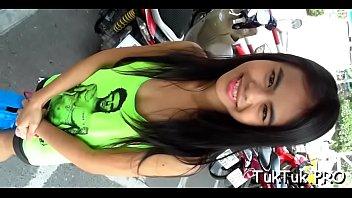 มาดูลีลาสาวไทยกันดีกว่า Tuk Tuk Patrol หนังโป๊ฝรั่งถือกล้องมาเย็ดหีพัทยา ย่านนี้กะหรี่เด็ก18จัดว่าแจ่มเหลือเชื่อ หีเล็กตอดควยใหญ่ๆฝรั่งดี