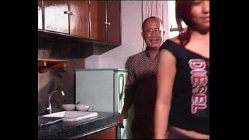 หนังโป๊ไทย18+ เฒ่าหัวงูหลอกจับจิ๋มเด็ก เรื่องหลอกเย็ดนะเรื่องเล็กกระแทกง่ายๆ จัดสดกระหน่ำแทงให้ควยน้ำแตกคาหี